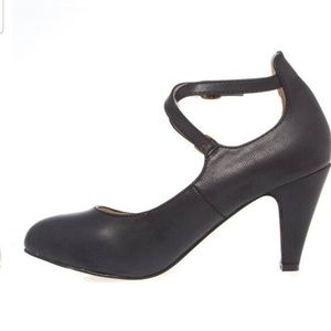 Chase and Chloe round toe criss cross strap heel